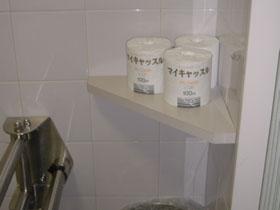身障者用トイレ内 予備のトイレットペーパーの画像 クリック・Enterで拡大