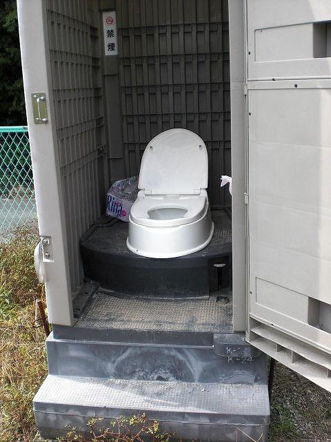仮設トイレ内部の画像 クリック・Enterで拡大