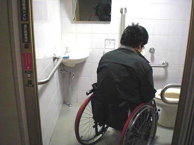 車いすトイレ内部の画像 クリック・Enterで拡大