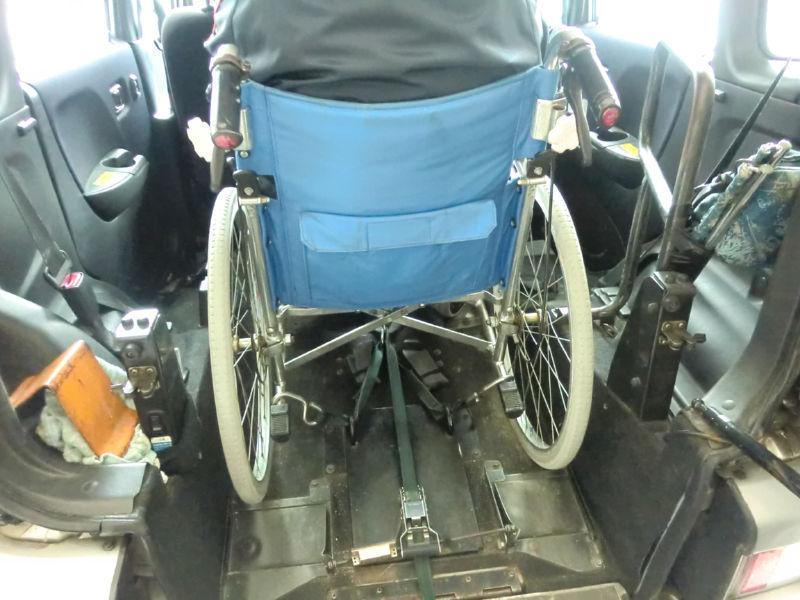 車椅子が固定されている画像 クリック・Enterで拡大