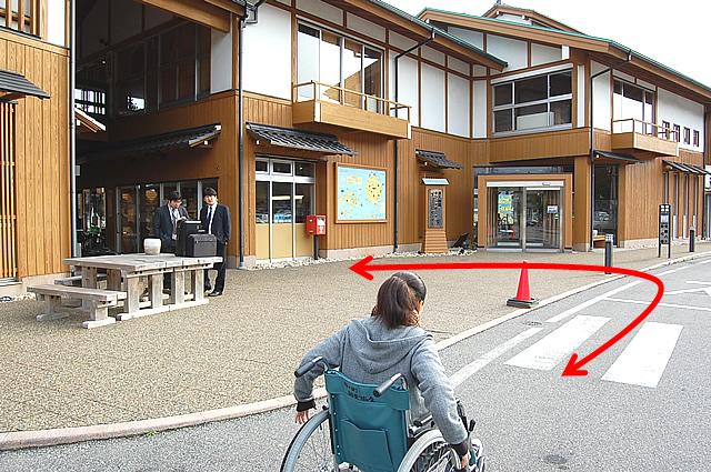 センターの入口までの通路の画像 クリック・Enterで拡大