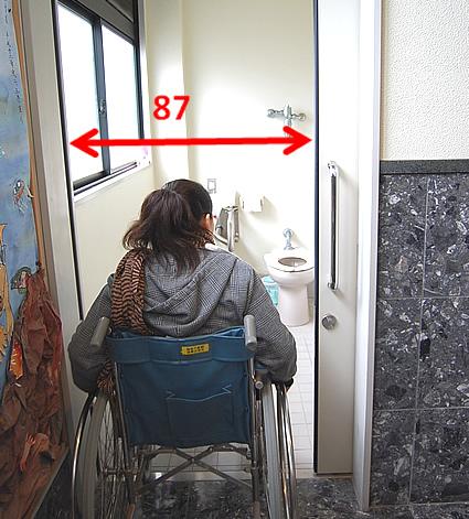 1階の車いす用トイレの入口の画像 クリック・Enterで拡大