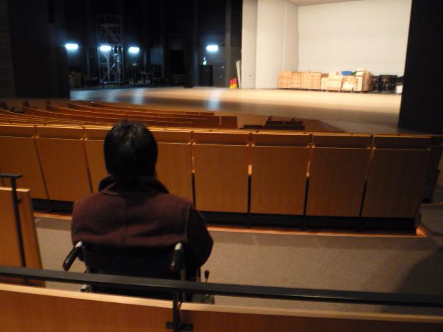 車椅子席から見た舞台の画像 クリック・Enterで拡大