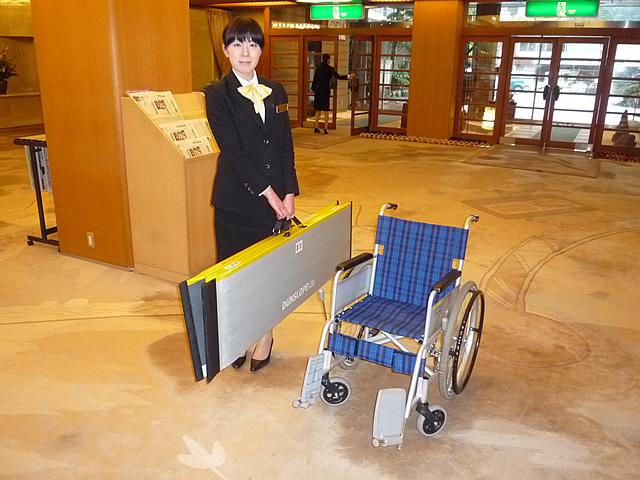 館内に常備してある簡易スロープと車椅子の画像 クリック・Enterで拡大