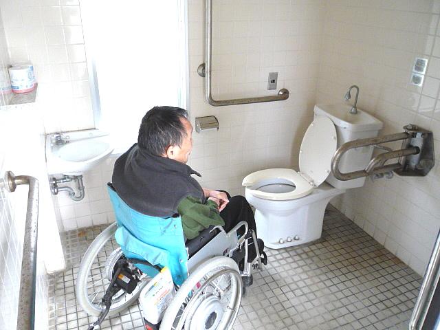 日御碕灯台付近にある身障者トイレの内部の画像 クリック・Enterで拡大