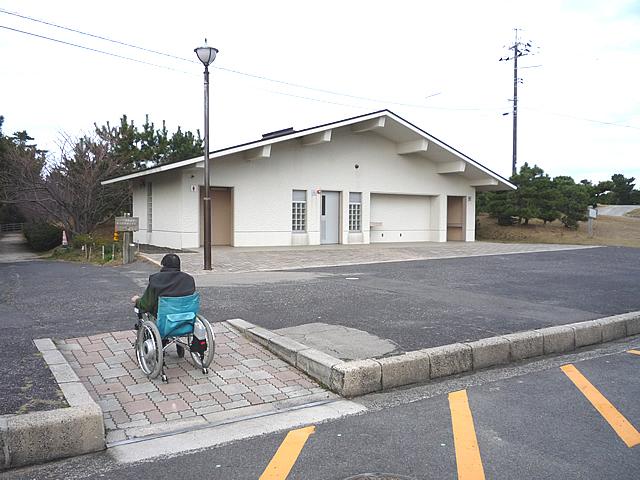 日御碕灯台大駐車場にある身障者トイレ外観の画像 クリック・Enterで拡大