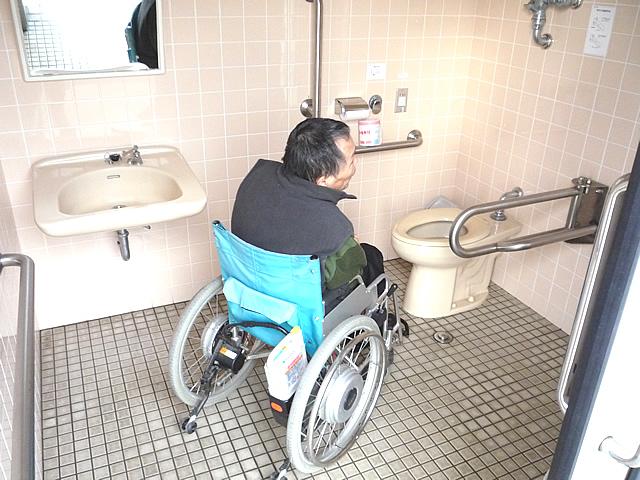 日御碕灯台大駐車場にある身障者トイレ内部の画像 クリック・Enterで拡大