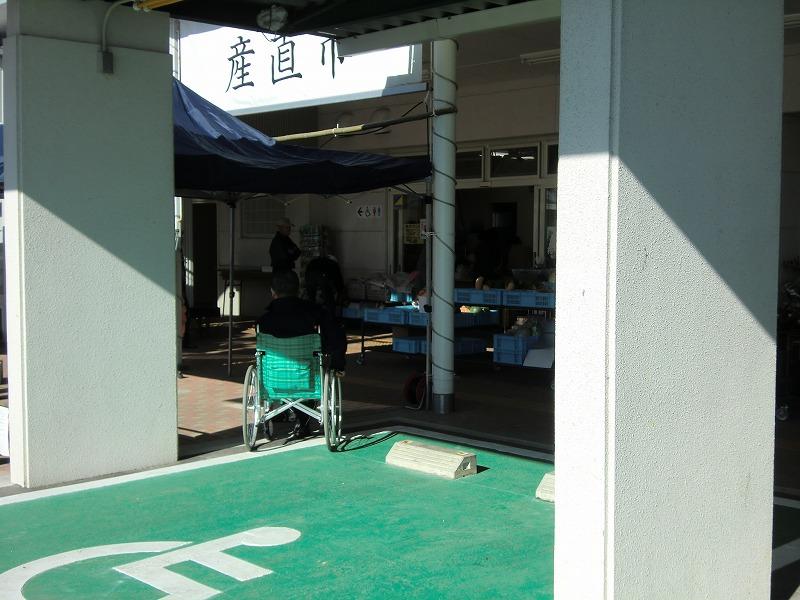 身障者用駐車場から入口へ向かう画像 クリック・Enterで拡大