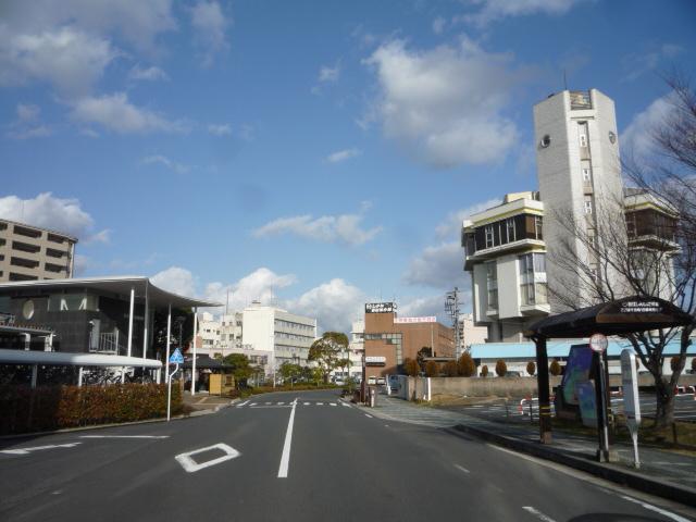 道を挟んだ宍道湖温泉駅とホテル白鳥の画像 クリック・Enterで拡大