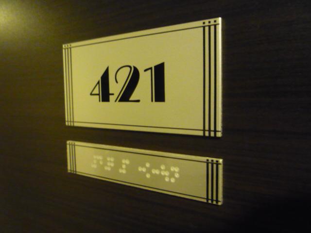 バリアフリールームのドアに貼ってある部屋番号と点字の画像 クリック・Enterで拡大