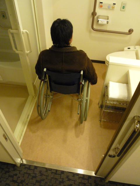 バリアフリールーム内 トイレとお風呂の入口の画像 クリック・Enterで拡大