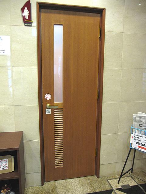トイレの入口扉の画像 クリック・Enterで拡大