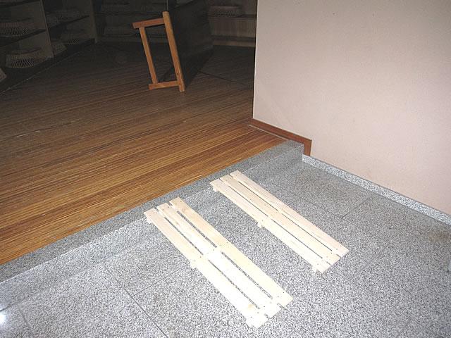 部屋の入口でスノコでスロープを敷いた画像 クリック・Enterで拡大