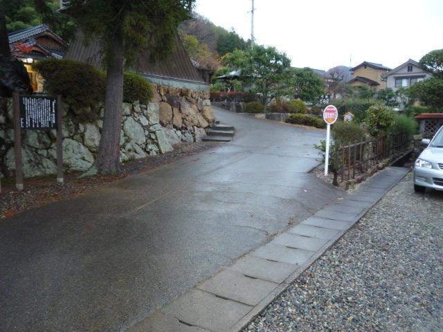 駐車場から本殿へ向かう道の画像 クリック・Enterで拡大
