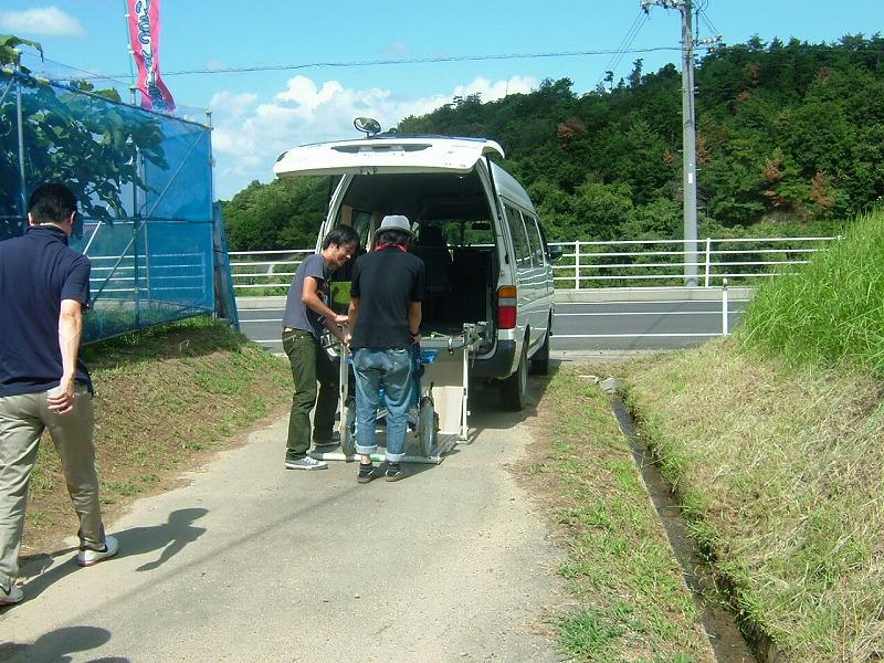 入口近くでリフト付きバスに車椅子で乗っている画像 クリック・Enterで拡大
