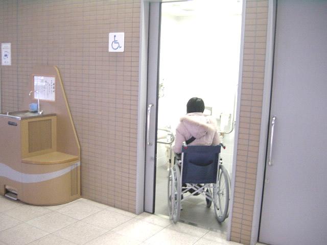 身障者用トイレの入口の画像 クリック・Enterで拡大
