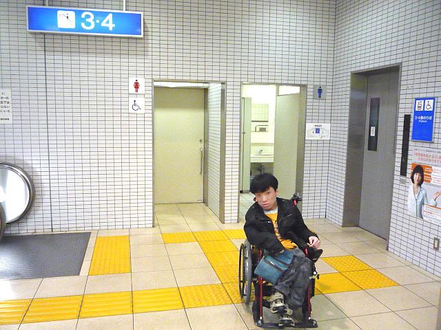 身障者トイレ入口前の画像 クリック・Enterで拡大
