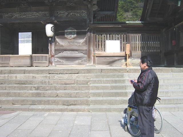本殿前の階段の画像 クリック・Enterで拡大