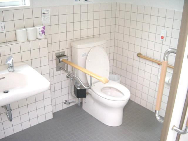 庁舎内にある多目的トイレ内部の画像 クリック・Enterで拡大