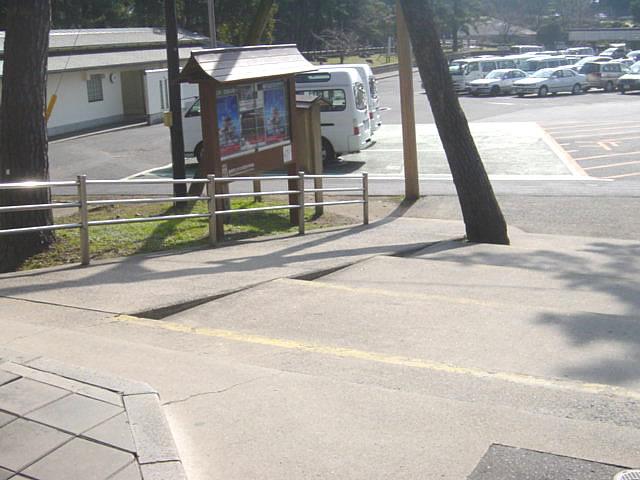 大社駐車場から境内への階段とスロープの画像 クリック・Enterで拡大