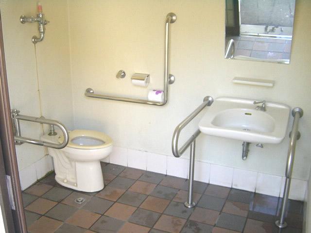 大社駐車場横にあるトイレ内部の画像 クリック・Enterで拡大