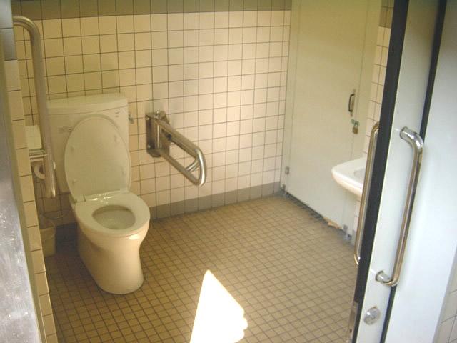 大社バスターミナル横にある多目的トイレ内部の画像 クリック・Enterで拡大
