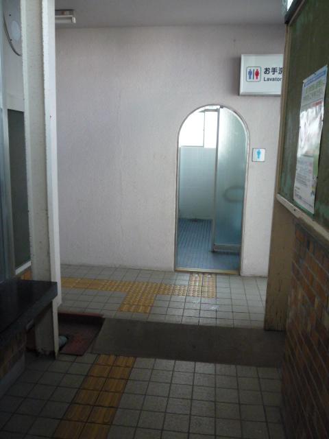 駅車内にあるトイレ 入口の画像 クリック・Enterで拡大