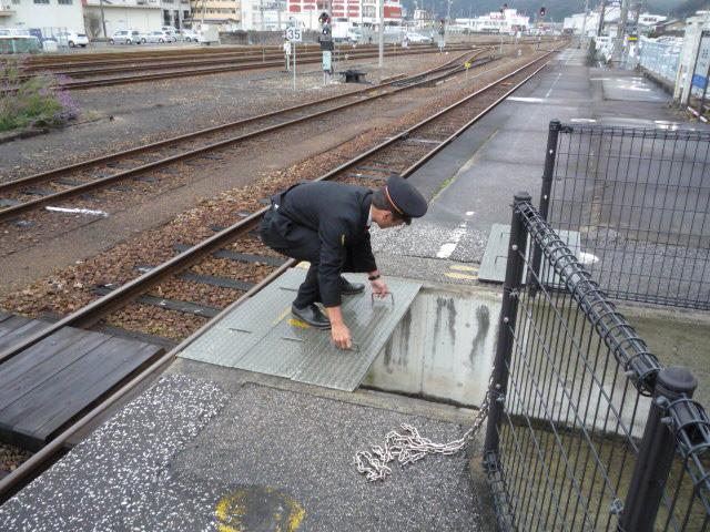 簡易通路を準備する駅員さんの画像 クリック・Enterで拡大