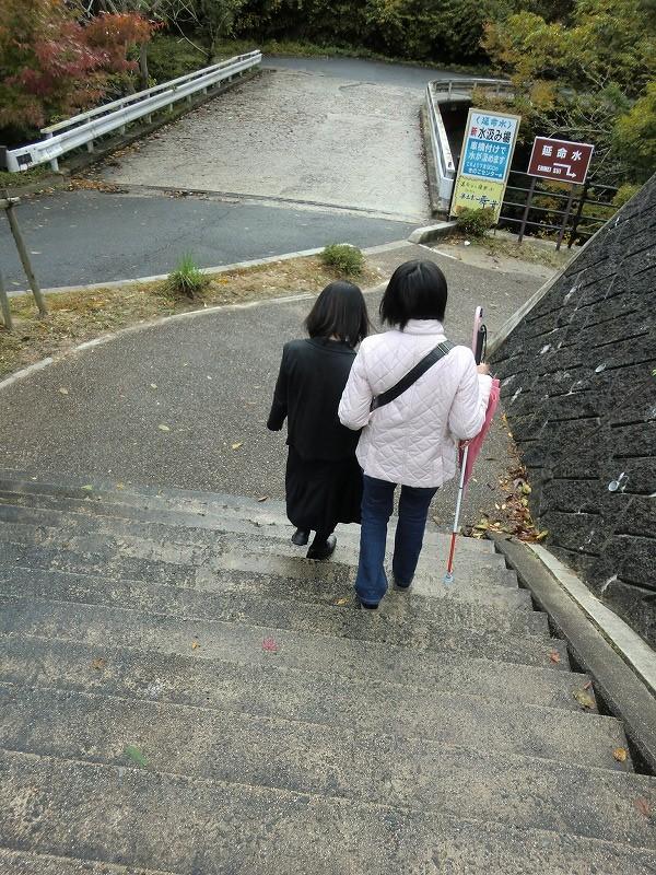 水汲み場へ向かう階段の画像 クリック・Enterで拡大