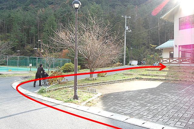 入口前のなだらかな坂道の画像 クリック・Enterで拡大