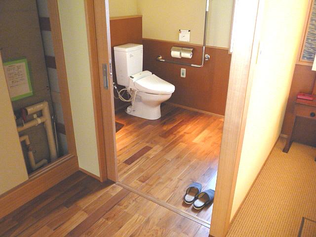 バリアフリー対応ルームの身障者トイレの画像 クリック・Enterで拡大