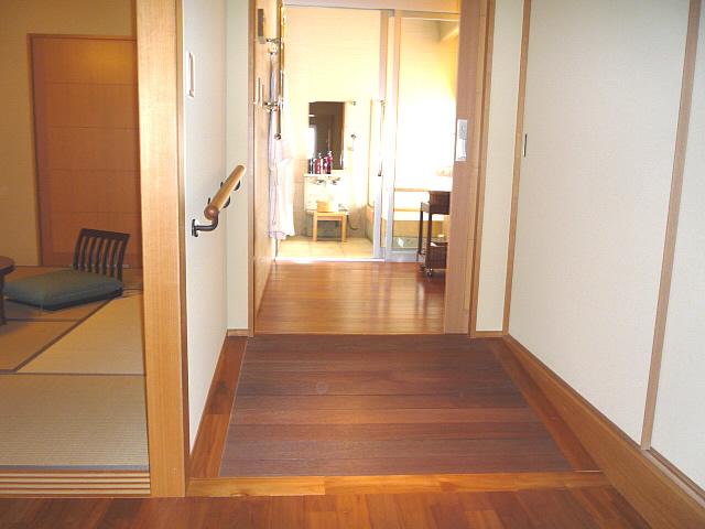 バリアフリー対応ルームの浴室までの通路の画像 クリック・Enterで拡大