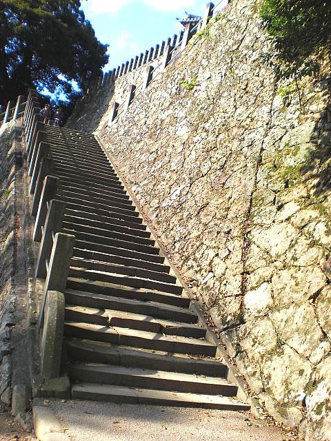 三重の塔への階段の画像 クリック・Enterで拡大