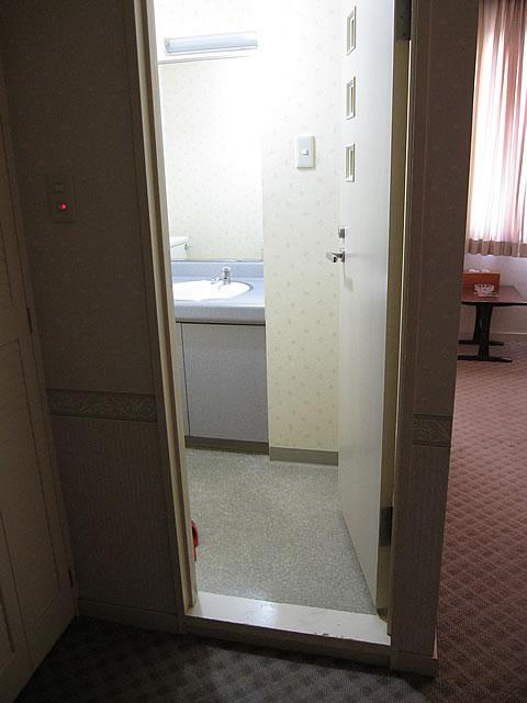 部屋の洗面所の入口の画像 クリック・Enterで拡大
