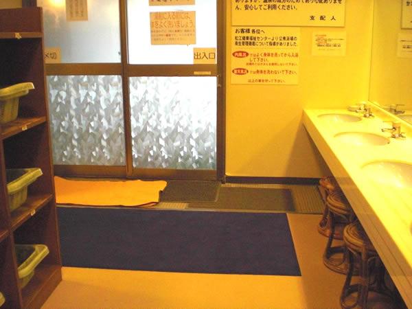 脱衣場と浴場入口の画像 クリック・Enterで拡大