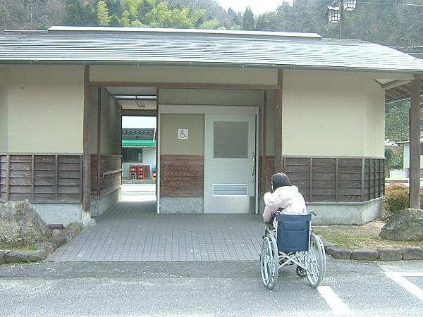 駐車場の車いすトイレの画像 クリック・Enterで拡大