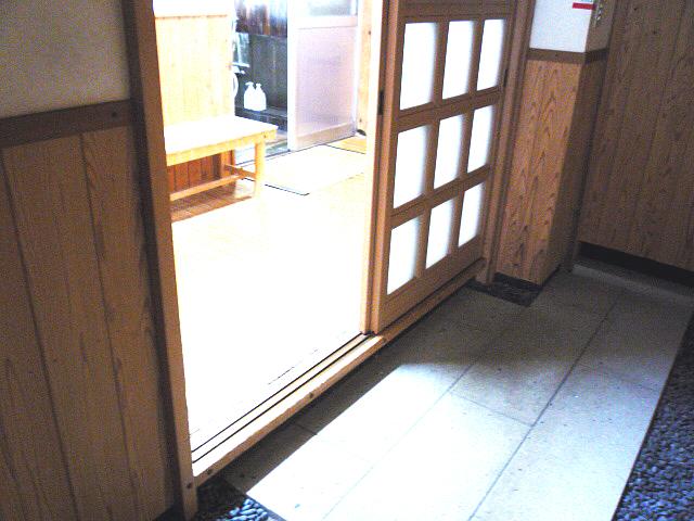 大浴場(天然温泉 掛け流しの湯)の脱衣場入口の画像 クリック・Enterで拡大