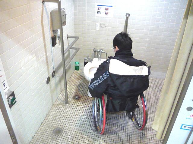 駅構内の身障者トイレの画像 クリック・Enterで拡大