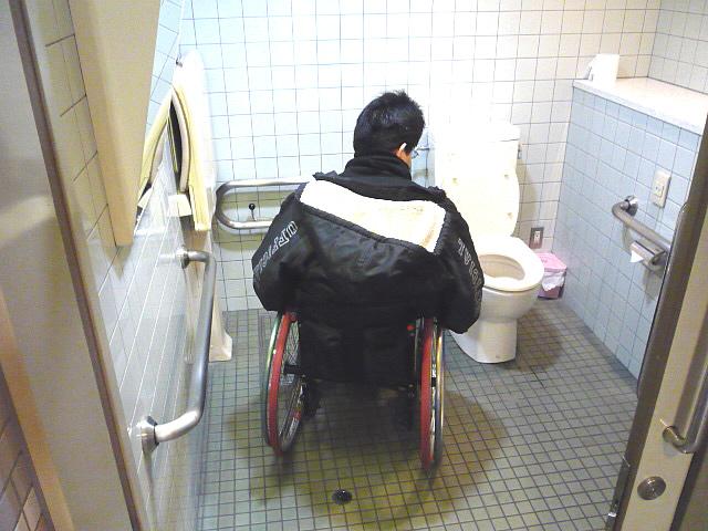地下駐車場の身障者トイレの画像 クリック・Enterで拡大