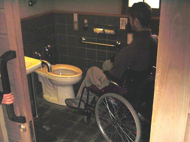 観光案内所横の身障者トイレ内部の画像 クリック・Enterで拡大