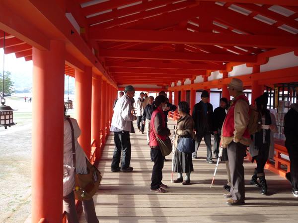 嚴島神社の通路を歩いている写真