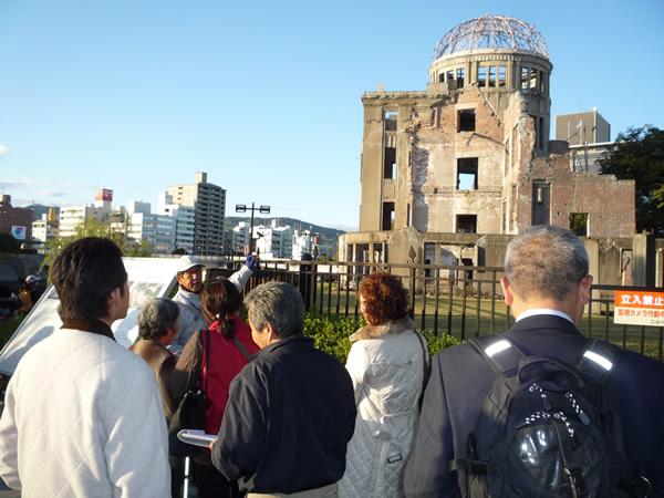 原爆ドームからガイドを受けている様子の写真