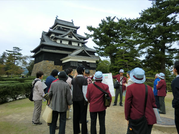 松江城の手前でガイドを受けている様子の写真