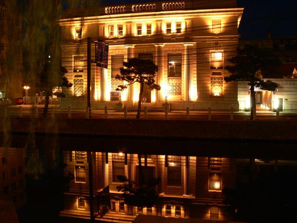 夜から見たカラコロ工房のスポットライト写真