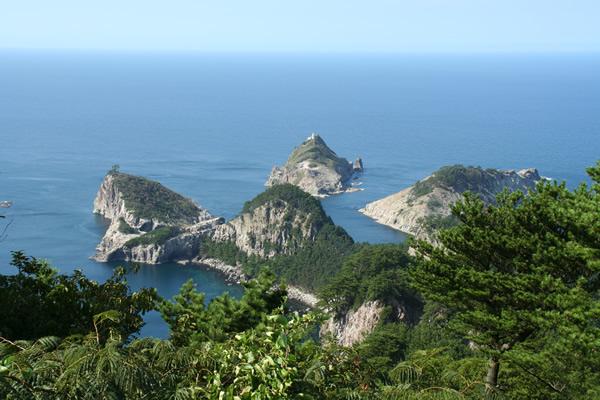 白島展望台から海と山の絶景をを眺めている写真