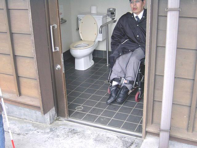 身障者トイレの入口の画像 クリック・Enterで拡大