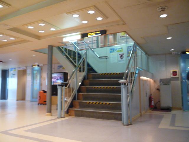 フェリー内 階段の画像 クリック・Enterで拡大