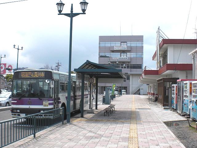 駅前のバス停の画像 クリック・Enterで拡大