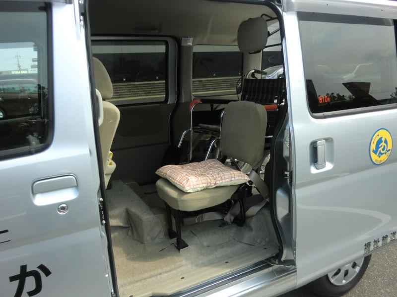 車椅子の横に設置してある座席の画像 クリック・Enterで拡大