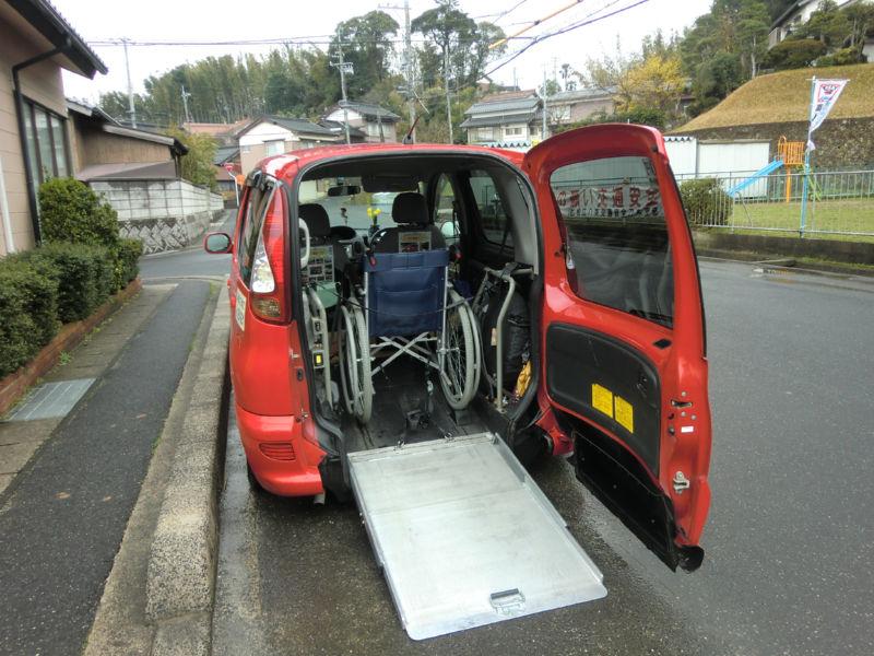 車椅子のまま乗車している画像 クリック・Enterで拡大